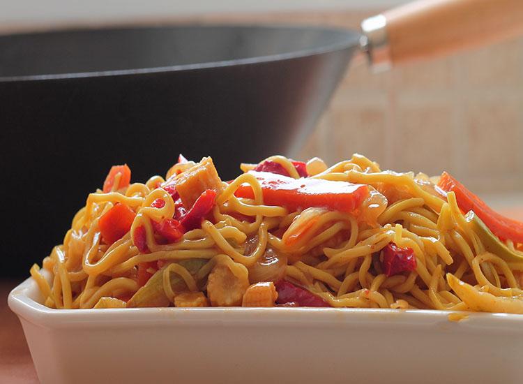 נודלס סיני מוקפץ עם ירקות