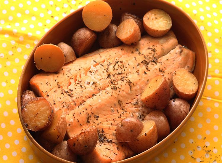 סלמון ותפוחי אדמה ברוטב לימוני