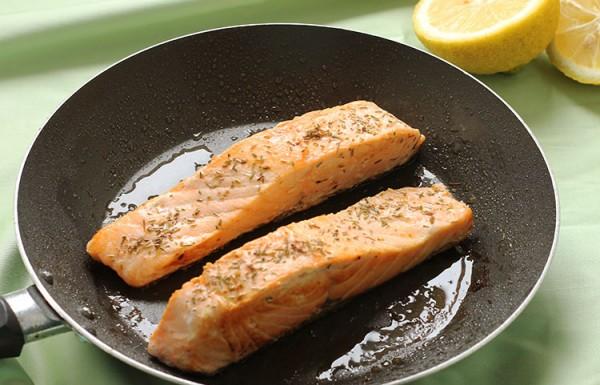 דג סלמון מטוגן במחבת