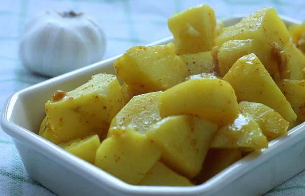 תפוחי אדמה ושום מבושלים