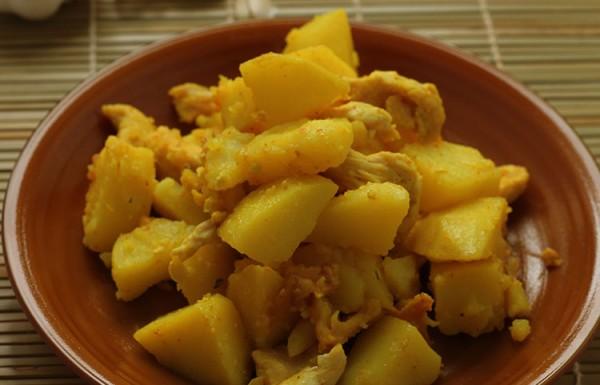 חזה עוף ותפוחי אדמה מבושלים במחבת