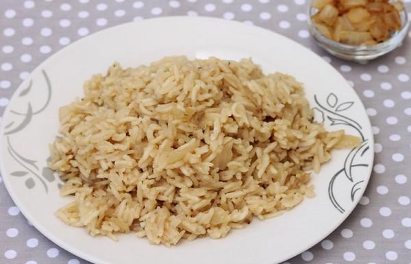 אורז לבן עם בצל מטוגן